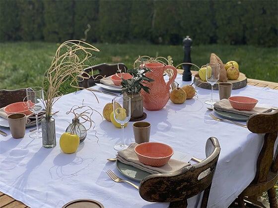 Verres et carafes colorés - table estivale