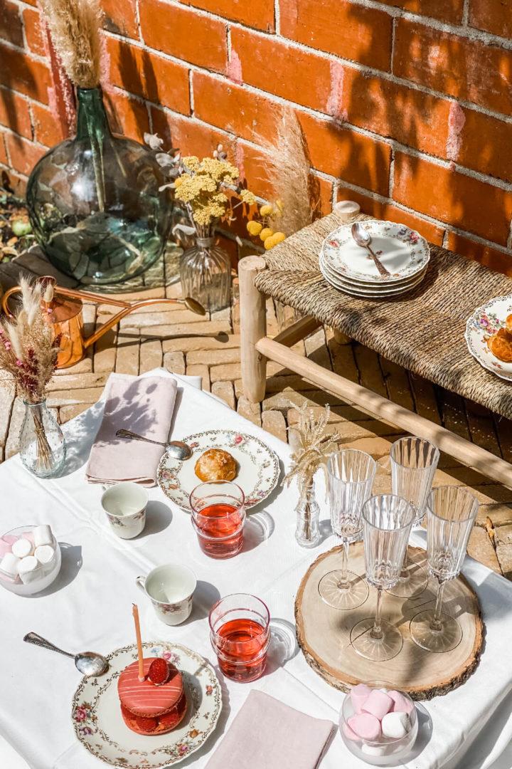 Marie Charlotte avec sa table Alice au Pays des merveilles pour l'anniversaire de sa fille Constance